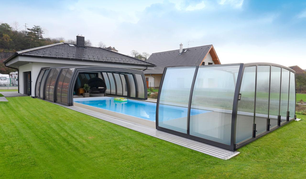 abri de piscine haut qui ressemble à une veranda